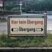 Schild zeigt den richtigen Kurs mit einer S-Bahn Haltestelle und einem blauen Fahrrad im Hintergrund in München, Bayern
