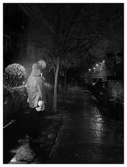 La nuit les masques tombent.... (francis_bellin) Tags: 2018 olympus soir blackandwhite novembre pluie netb montréal déguisement noiretblanc monochrome streetphoto photoderue nuit rue street bw carnaval peur masque