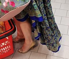 ...e parlar di surgelati, rincarati... (Aellevì) Tags: perchèno battisti spesa carrello gambe donna foulard leggero vola oro