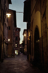 As night falls in the old city (Nobusuma) Tags: pentaxmx pentax smcpentax 50mm f17 film analog analogue 135mm colornegative colorfilm italia italy toscana tuscany lucca dusk bluehour earlyevening nightfall streetlamps street ペンタックス フィルム イタリア トスカーナ ルッカ 黄昏 お散歩 夜