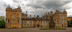 Edinburgh / Holyrood Palace / No tourists : Queen's day (Pantchoa) Tags: édimbourg ecosse château palais holyrood holyroodpalace architecture pierrs vieillespierres façade gardes deuxgardes fontaine nuages ciel gris holyroodhouse theroyalmile