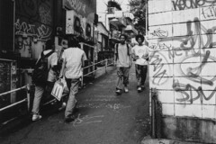 Close encounters (lebre.jaime) Tags: japan 日本 tokyo 東京都 shibuyavicinity 澁谷近郊 analogic film135 bw blackwhite noiretblanc pb pretobranco streetphotography contax g2 biogon 2828 epson v600 affinity affinityphoto people