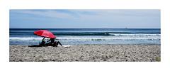 ...vacaciones en la playa / ...holidays on the beach (Luis kBAU) Tags: beach umbrella playa mar sea sand arena sombrilla horizonte waves olas