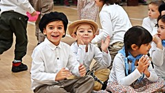 Fiesta de la Independencia (-Ana Lía-) Tags: flickr nikon independecia robado candi niño familia nieto fiesta 9dejulio fiestadelaindependencia colegio escuela festejo bailes típicos patria acto alegrìa gente gloria argentina mdq analialarroude imagen interior sonrisa smils argentinos americanos espontánea natural retrato escena
