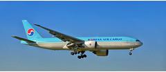 Korean Air Cargo HL8043 (Stefan Wirtz) Tags: hl8043 zrh lszh frachtflugzeug airfreigther koreanair koreanairlines boeing boeingb777 b777 boeingb777f b777f kloten zürich zürichairport zürichflughafen flughafen zurich airportzürich aeroportzurich flugzeug grossraumflugzeug langstreckenflugzeug widebody jet jetplane plane airplane aeroplane tamron canon runway runway14 landeanflug arrival himmel cargo koreanaircargo