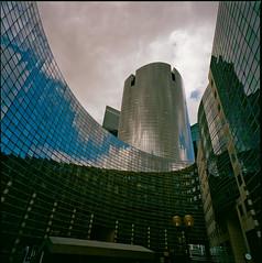 le diapason, La Défense (Hasselblad SWC) (Guy Baylacq) Tags: swc biogon38 architecture