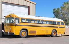 Crown Schoolbus in Moriarty NM 7.5.2019 0987 (orangevolvobusdriver4u) Tags: 2019 archiv2019 usa america amerika newmexico roadtrip moriarty moriartynm route66 highway333 bus autobus schulbus schoolbus crown klassik classic oldtimer
