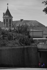 Sous l'Avenue ! (Tonton Gilles) Tags: alençon normandie noir et blanc partiel chapelle école établissement scolaire saintfrançoisdesales personnages rouge bleu avenue de courteille pont chemin fer scène rue