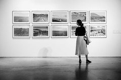 (fernando_gm) Tags: 35mm xt1 fujifilm madrid museum museo woman girl person people blackandwhite bw blancoynegro street streetlife art arte cuadros paint painting simplicity simple simpliticy simplicidad fuji f14