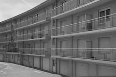 Barre (soyer_rodrigue) Tags: architecture nikon d5100 18105mm westende noordzee noiretblanc bw blackwhite monochrome belgium belgique vlaamsekust vlaanderen flandre immeuble balcon