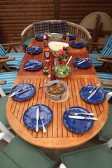 Salate und Soßen auf dem Esstisch (multipel_bleiben) Tags: essen grillen zugastbeifreunden tischbild sose salat