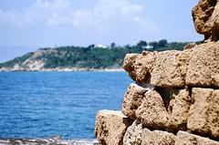 La pietra ed il mare (michele.palombi) Tags: mareepietra ektar100 kodak film35mm scattoanalogico areamediterranea
