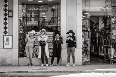 tourists in Lisbon (Gerard Koopen) Tags: lisbon lissabon portugal straat street straatfotografie streetphotography dailylife streetlife urban beautiful people tourists blackandwhite noir monochrome blackandwhiteonly fujifilm fuji fujilove fujilover xpro2 35mm 2019 gerardkoopen gerardkoopenphotography