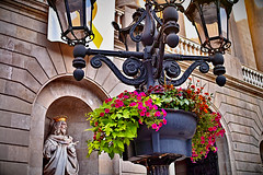Les flors de l'ajuntament (Fnikos) Tags: city building ayuntamento ajuntament architecture decoration design art sculpture statue wall flor flors flores flower flowers fanal farola lamppost barcelona outside outdoor