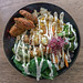 Green Bowl Bio-Mittagessen aus dem Edelgrün-Restaurant in Köln, mit Quinoa, Brokkoli, Avocado, Edamame, Spinat, Hummus, Tahini und Parmesan