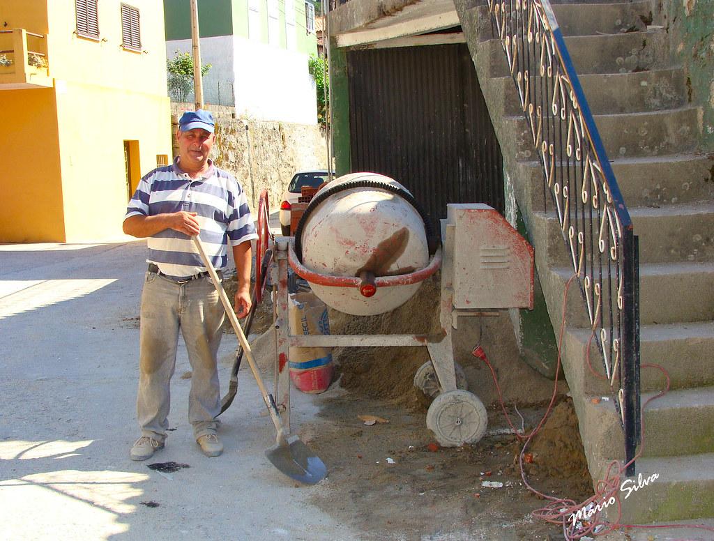 """Águas Frias (Chaves) - ... o Fernando fazendo """"massa"""" na betoneira, para o restauro de uma casa ..."""