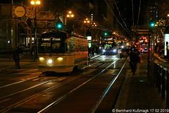 "Amerika, Nordamerika, USA, US-Bundesstaat California (Kalifornien), San Francisco, Downtown, Market Street Ecke 5th Street, Linie ""F Market & Wharves"" (Bernhard Kußmagk) Tags: bernhardkussmagk bernhardkusmagk amerika nordamerika usa kalifornien california sanfrancisco marketstreet 5thstreet pcc historicstreetcar fmarketwharves f heritagestreetcar strasenbahn tram tramway streetcar trolley tramm tranvía villamos tramvia sporvogn tramvaj spårvagn trikk tramvai tranvia bonde elétrico tramvay raitioliikenne sporvei spårväg трамвай τραμ 路面電車 노면전차 有軌電車 电车 kusmagk kussmagk trolleypole stangenstromabnehmer rollenstromabnehmer northamerica america amérique californie amériquedunord muni sf normalspur regelspur 1435mm voienormale standardgauge nachtaufnahme nuit night nacht 17thnoe"