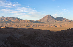 licancabur y valle de la muerte (Cristian Benaprés M) Tags: montañas chile canon mountais canon6d sanpedrodeatacama southamerica sunset atardecer shade landscape