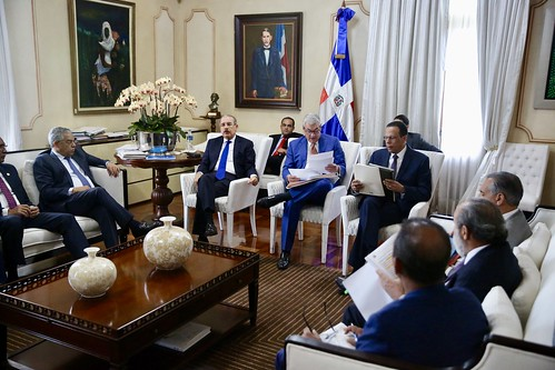 Presidente Danilo Medina pasa revista avances construcción escuelas y estancias infantiles