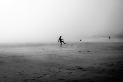 Black beach VIII (PaxaMik) Tags: bretagne roscoff silh plage beachpeople people football ball contrast blackandwhitephotos brume mist