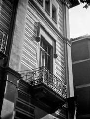 Veient això des de xic (SBA73) Tags: catalunya camera filmisnotdead filmisalive bw blackwhite goerz frontar box zeiss ikon tengor 54 casaponsa sabadell vallès balco balcony architecture rollei ortho up