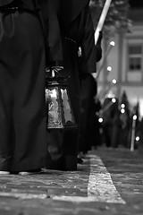 Siguiendo la luz (Julián Iglesias) Tags: semanasanta farol cirios andalucía nazarenos penitencia