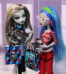 Frankie and Ghoulia at the Con (Annette29aag) Tags: monsterhigh doll dollphotography craft printminis frankie frankiestein ghoulia annette29aag