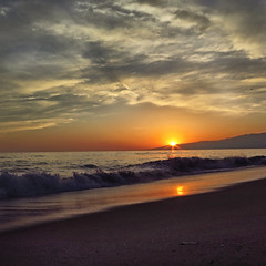 Time flies, memories don't (Robyn Hooz) Tags: santamonica california onde waves sole sun sunset clouds pacific oceano pacifico