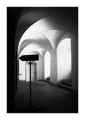 64 [titre allez à gauche] (Armin Fuchs) Tags: arminfuchs lavillelaplusdangereuse würzburg residenz staircase sign 35mm challenge anonymousvisitor thomaslistl wolfiwolf jazzinbaggies light shadow barock