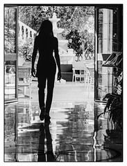 Silhouette. (francis_bellin) Tags: femme blackandwhite streetphoto street bwphoto netb photoderue streetphotographie contraste noiretblanc silhouettefemme ombre contrejour silhouette rue bw 2019 nerja