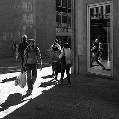 corner with a mirror (Francisco (PortoPortugal)) Tags: 1302019 20190611fpbo9466 monochrome monocromático pretoebranco blackandwhite bw nb pb rua street esquina corner quadrada square pessoas people