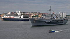 The US Navys ship USS Mount Whitney departing from Stockholm, escorted by the Police boat 9950. In the background the cruise ship Rotterdam. (Franz Airiman) Tags: båt boat ship fartyg stockholm sweden scandinavia bay fjärd lillavärtan hal hollandamericaline polis police sjöpolisen
