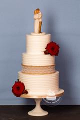 AJ1E9305_1.jpg (toertlifee) Tags: törtlifee 2019 hochzeitstorten buttercremetorte rustic theme rosen rot topper holztopper brautpaar liebe love hochzeit