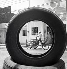 Llantas (Marcos Núñez Núñez) Tags: national ilford ilfordhp5plus400 ilfordhp5plus ilfordhp5 calle streetphotography streetphotographer bw bwstreet analogicphotography analogue filmphotography tuxtepec oax oaxaca blancoynegro blackandwhite