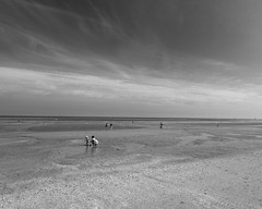 beach time (mamat75019) Tags: beach plage ouistreham nikon tokina 1116 d5300 sable famille moments family bw