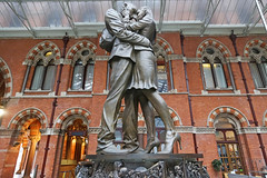 St-Pancras International - London (United Kingdom) (Meteorry) Tags: europe unitedkingdom england uk britain greatbritain london october 2018 meteorry station gare londonstpancras stpancrasinternational sculpture art bronze themeetingplace romance romantic paulday embrace british