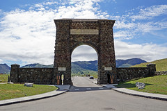 Roosevelt Arch at the north entrance to Yellowstone National Park, MT (SomePhotosTakenByMe) Tags: rooseveltarch arch architecture architektur gardiner montana usa america amerika unitedstates yellowstonenationalpark nationalpark yellowstone northentrance nordeingang entrance eingang outdoor