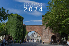 """""""Christopher Street Day 2024"""" -Bildtitel über Besucher am Sendlinger Tor in München"""