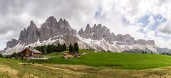 die Geisleralm vor der spektakulären Geislergruppe (jürgenmilnik) Tags: italien italia dolomiten dolomiti geislergruppe geisleralm landscape landschaft nikon nikond7200 natur