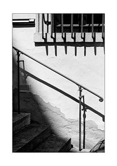 65 [titre hard shadows] (Armin Fuchs) Tags: arminfuchs lavillelaplusdangereuse würzburg diagonal light shadows window handrail stairs anonymousvisitor thomaslistl wolfiwolf jazzinbaggies