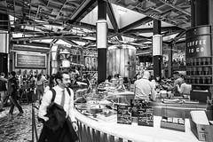 Milano maggio 2019 - Starbucks (Maurizio Tattoni....) Tags: italy lombardia milano starbucks persone bn bw blackandwhite biancoenero monocrome leica 21mm architettura mauriziotattoni