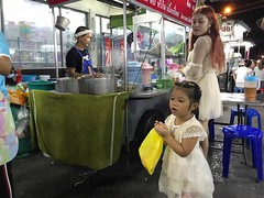 mother daughter (ChalidaTour) Tags: thailand thai asia asian mother daughter girl child kid market vendor street yello bag blue chair