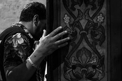 Henry prega /Henry's praying (hydRometra) Tags: worship france chiesa culto curch bnw messa persone indoor holymass praying celebration monochrome madonnenere gitani people gipsy bn camargue preghiera saintesmariesdelamer bw francia
