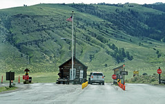 North entrance to Yellowstone National Park, MT (SomePhotosTakenByMe) Tags: entrance eingang flag fahne flagge northentrance nordeingang nps montana ontheroad yellowstone nationalpark yellowstonenationalpark usa america amerika unitedstates outdoor