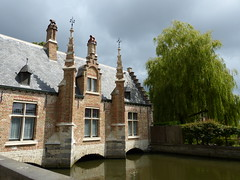 't Sashuis in Bruges (Marit Buelens) Tags: belgium belgië belgique flanders vlaanderen brugge bruges building water tree lake sas sluis historical house sashuis lockhouse turret gable willow minnewater lakeoflove begijnevest sky