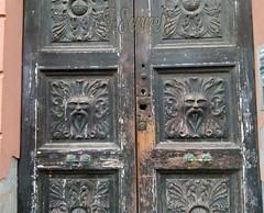 Cagliari – Vecchi portali, stemmi e battenti (Franco Serreli) Tags: sardinia sardegna cagliari stradedicagliari portali portale portoni portone stemmi stemma vecchibattenti centrostoricocagliari
