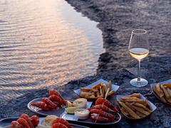Apéro Bassin (Sylvie's Eye) Tags: aresarèsnatimageporthostréicolecouchersoleilcrevettes ares arès natimage porthostréicole couchersoleil crevettes dégustation frites heurebleue vin