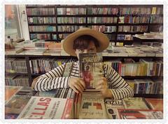 BUSCANDO LIBROS (♥ leona ♥) Tags: leona264 ♥leona♥ nikoncoolpixp510 libreria libros libreriaporrua mimajo buscandolibros domingo7dejulio vacaciones lindachicaenlalibrería entrelibros enexplore