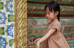 Play Time | Bangkok Thailand (Paul Tocatlian | Happy Planet) Tags: thailand happyplanet bangkok temple buddhisttemple child candid candidphotography asiafavorites