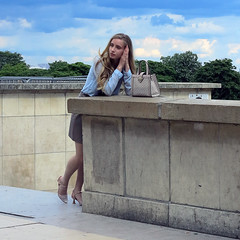 Blonde model posing for a bag advertisement (pivapao's citylife flavors) Tags: paris france trocadero girl beauties fashion